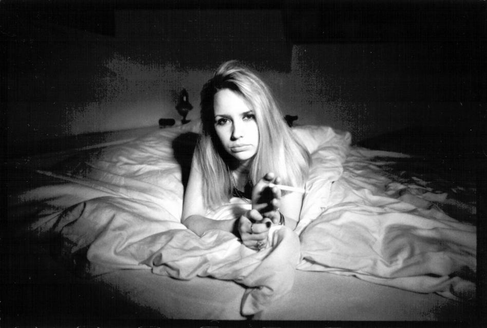 Frank Titze, Ulm/Germany - No. 40 : Woman S. - In Bed With Cigarette - 948x640 Pixel - 61 kB