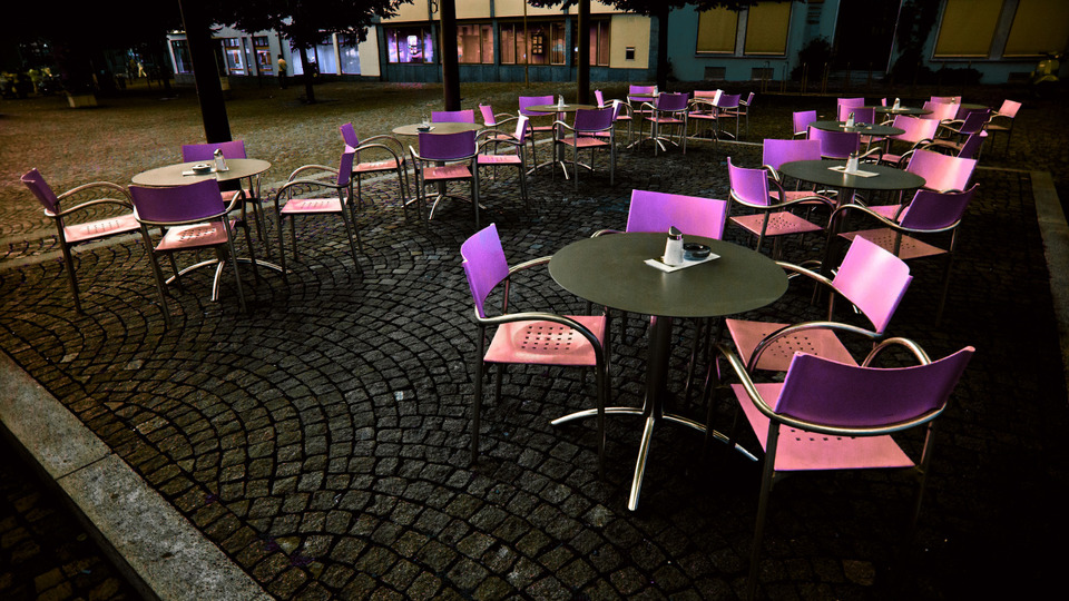Frank Titze, Ulm/Germany - No. 478 : Ulm East - Purple Chairs - 960x540 Pixel - 261 kB