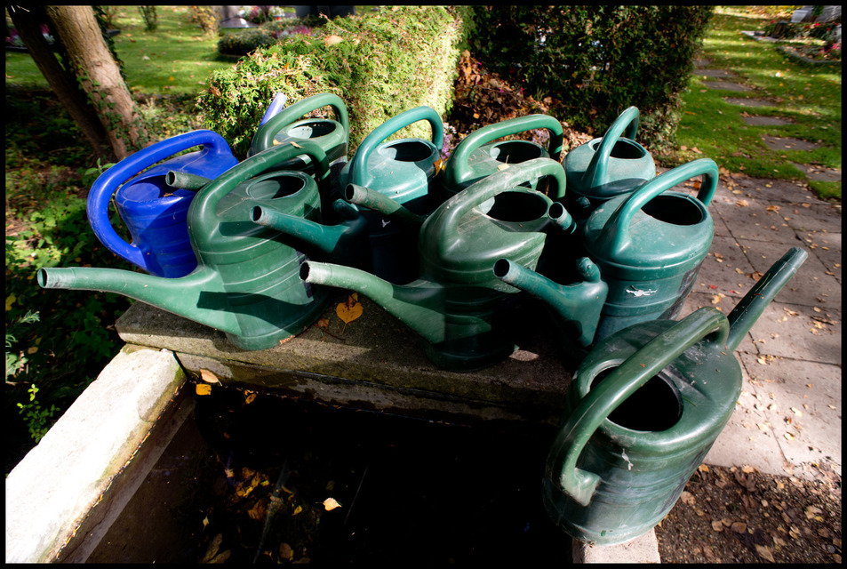 Frank Titze, Ulm/Germany - No. 628 : Others I - Watering Cans - 953x640 Pixel - 321 kB