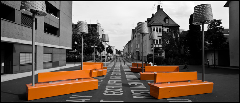 Frank Titze, Ulm/Germany - No. 196 : Y 2012-06 - Orange Bench Seat - 960x413 Pixel - 135 kB