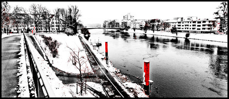 Frank Titze, Ulm/Germany - No. 917 : Ulm East - Red Bollards - 960x416 Pixel - 214 kB